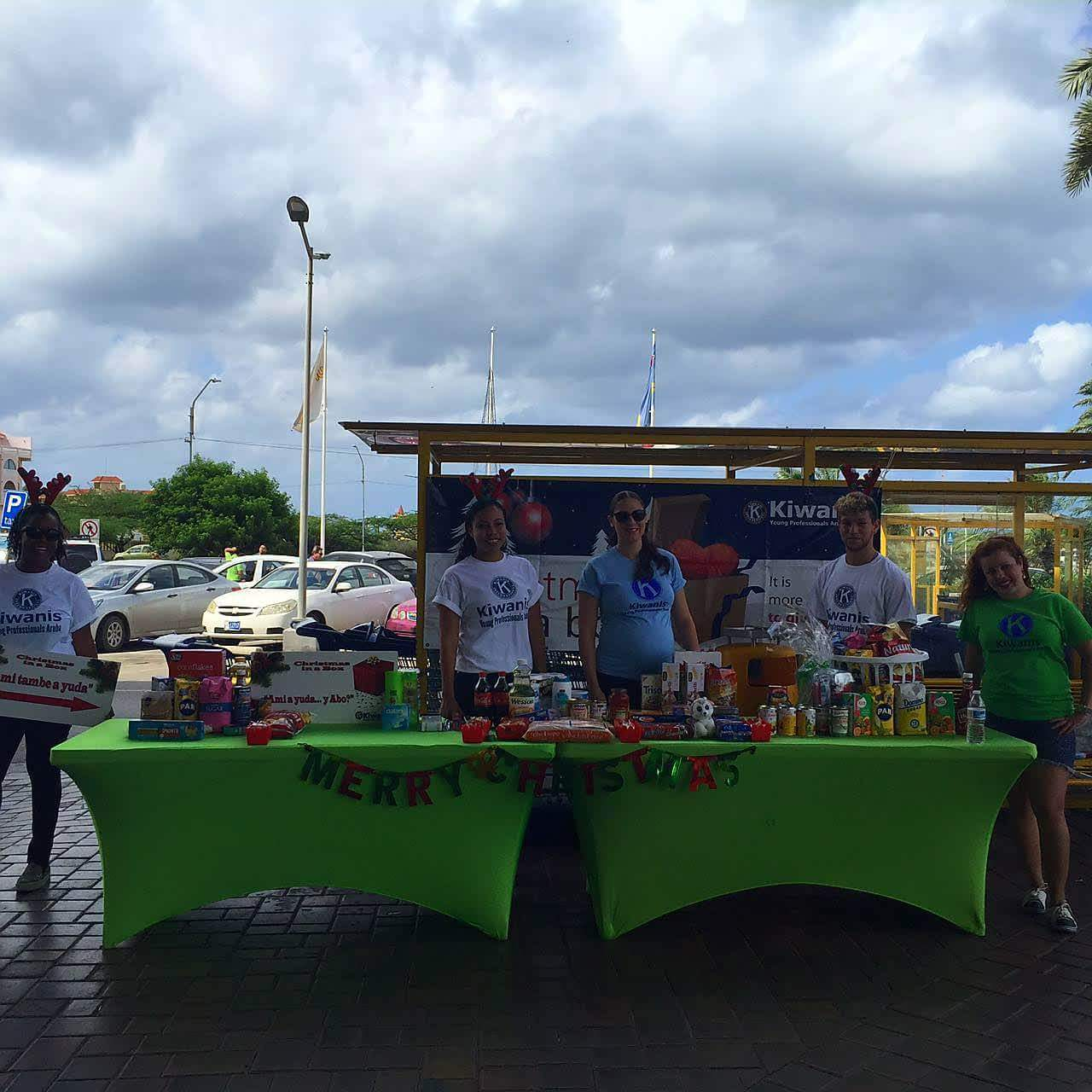 Kiwanis Club of Young Professionals Aruba cu e projecto anual di Christmas-In-A-Box